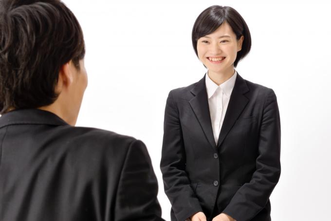 笑顔で面接を受ける女性