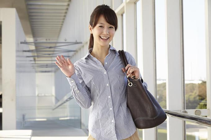 仕事中に挨拶している女性