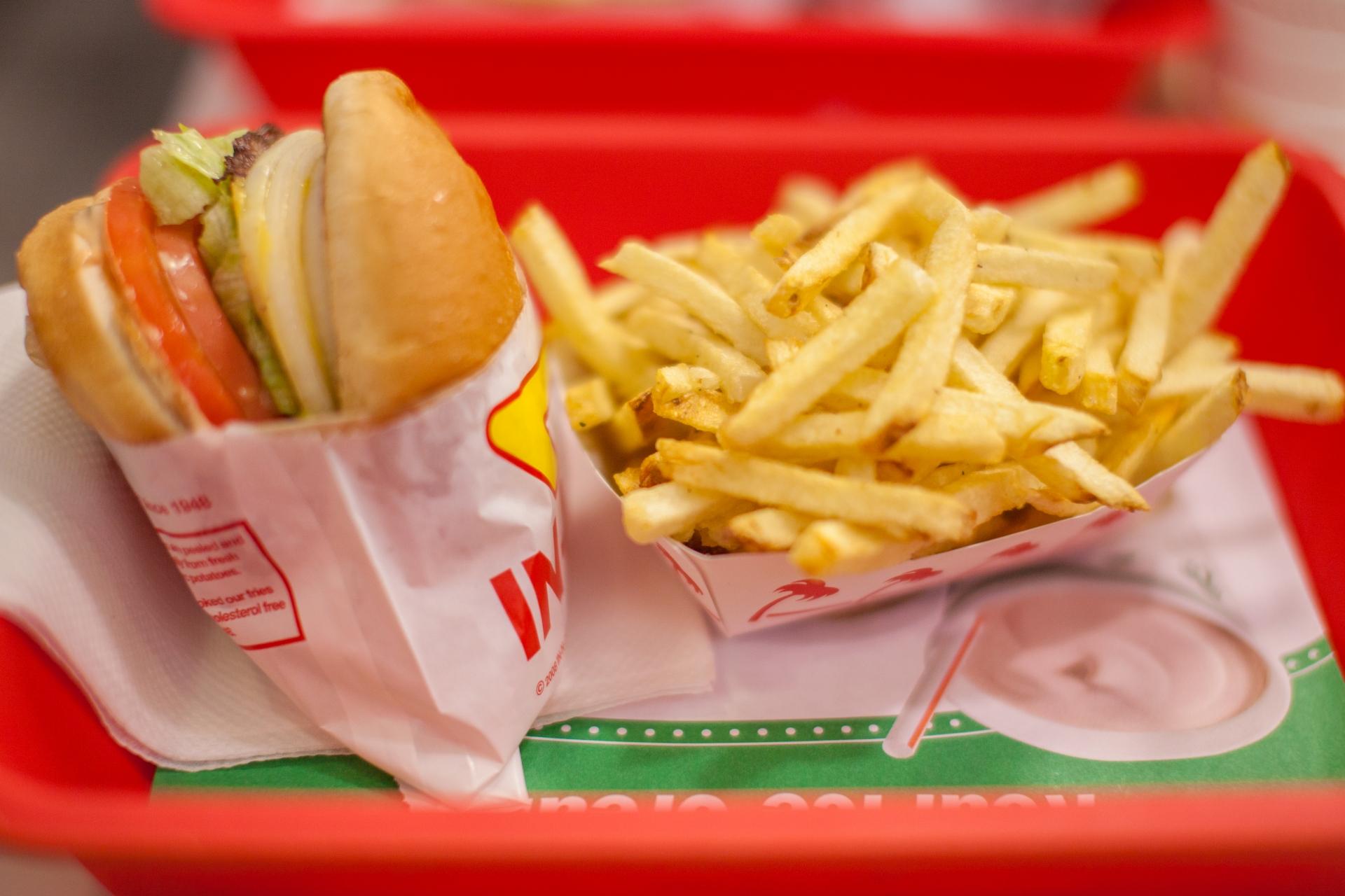 ファーストフードのハンバーガーとポテト