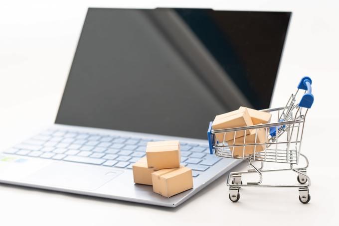 パソコンとネットショッピングのイメージ