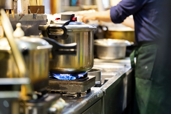 厨房で働く男性