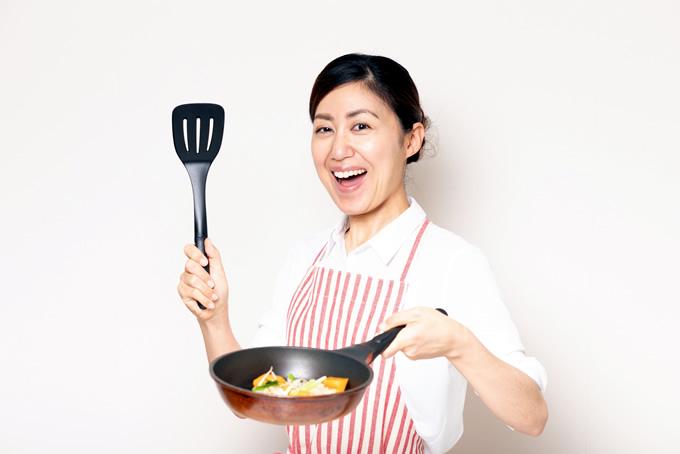 料理をする笑顔の女性