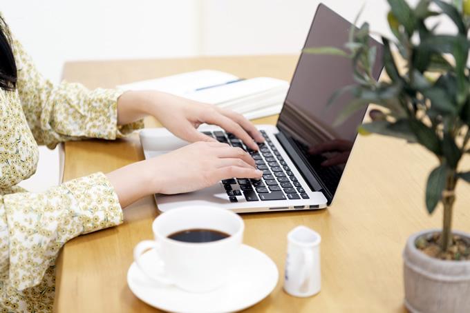 パソコンで求人応募している女性