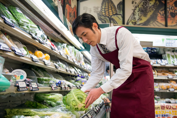 野菜を陳列する店長