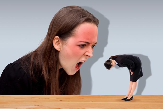 店員に怒鳴る女性客