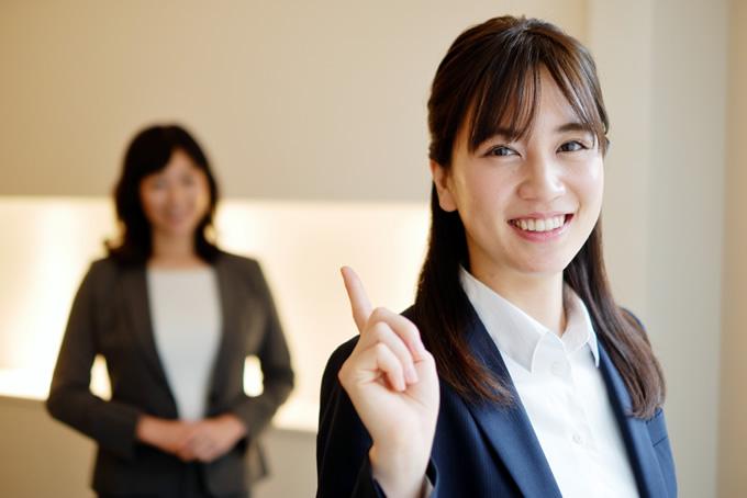 笑顔で上司に対処している女性