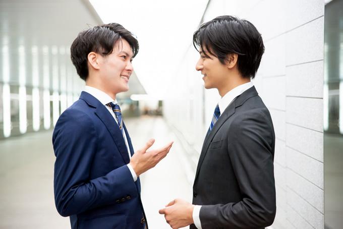 同僚に休みの交渉をする男性