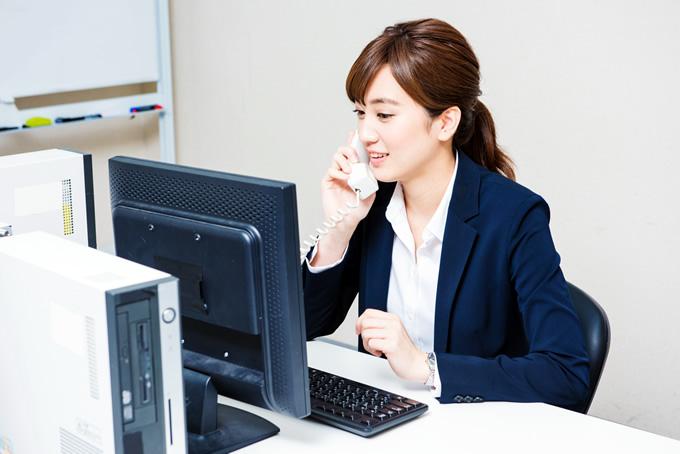 仕事で電話をする女性