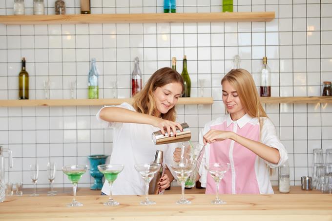 仕事中に会話する二人の女性