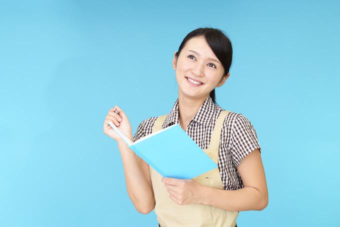 ノートに書く女性