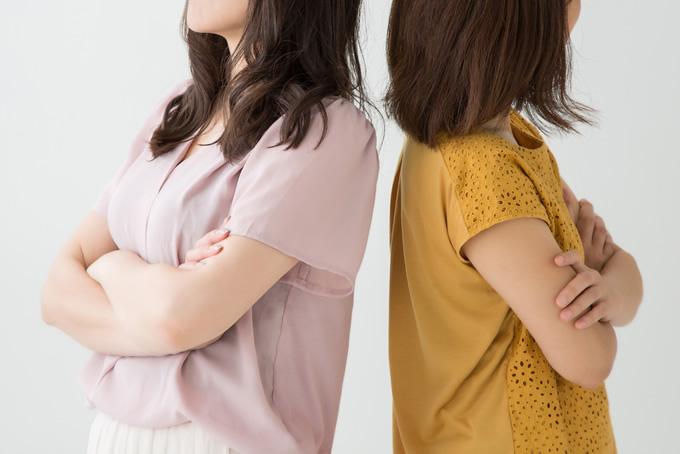 喧嘩している女性二人組
