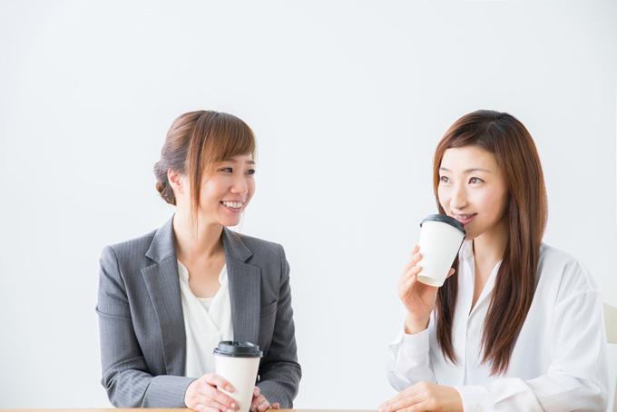 休憩時間に相談する女性