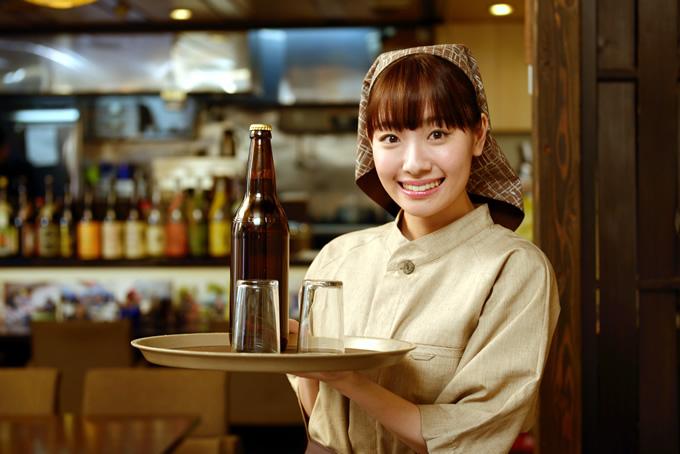 居酒屋で働く笑顔の女性
