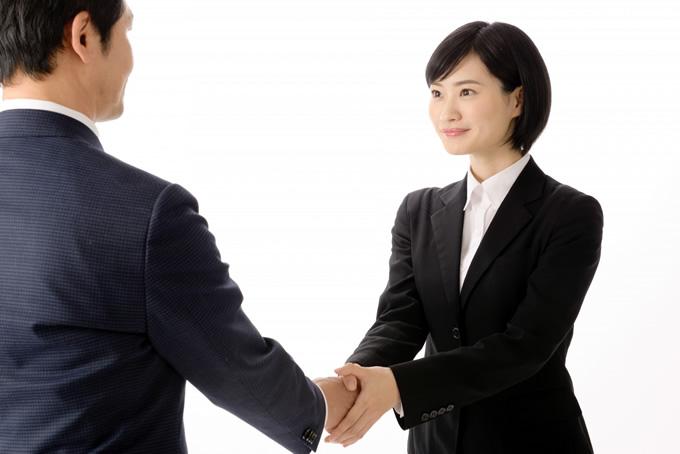 面接官と握手をする女性