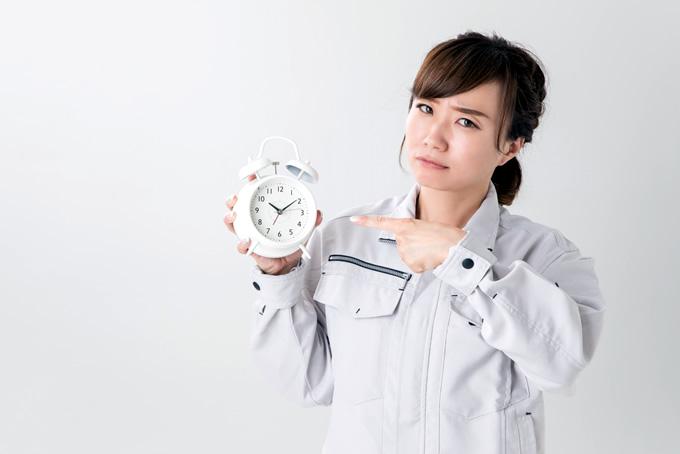 時計を持って不安そうな顔をする女性