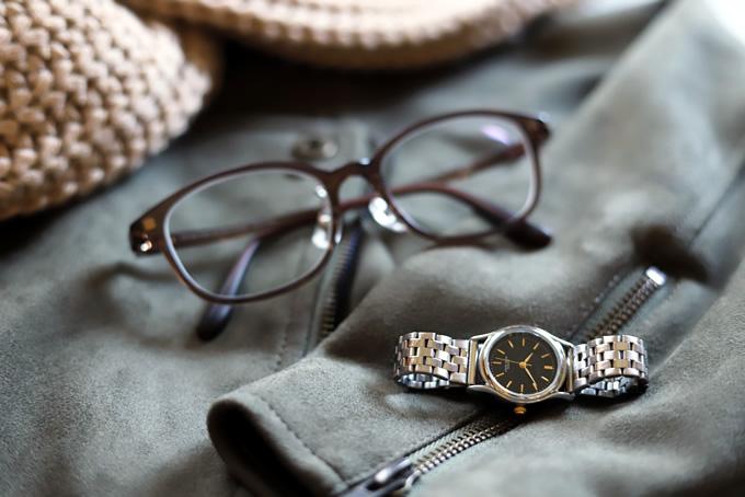 サングラスと時計とマフラーと革ジャン