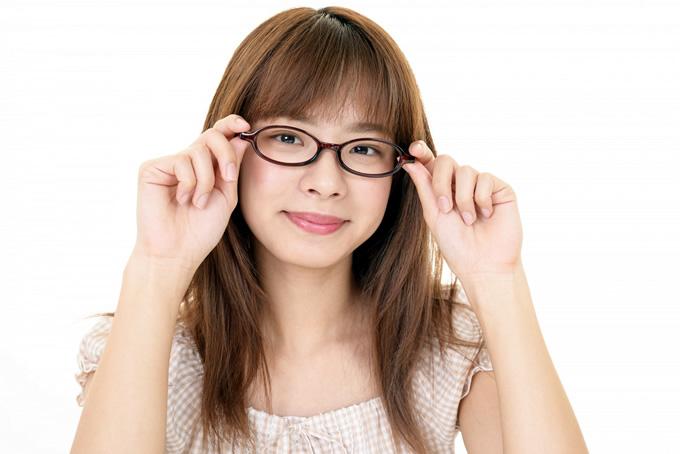 メガネを持つ女性