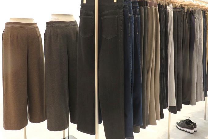 陳列されたパンツ・ズボン