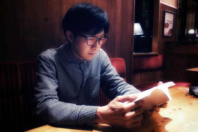 本を読むメガネをかけた男性