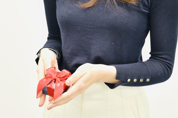 バレンタインチョコを渡そうとする女性