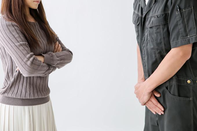 女性客にクレームを付けられ謝罪する男性