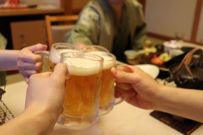 居酒屋の乾杯シーン