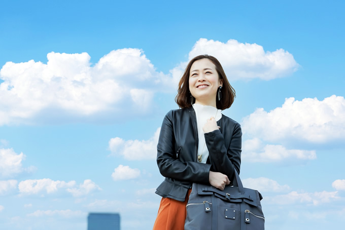 笑顔で通勤する女性