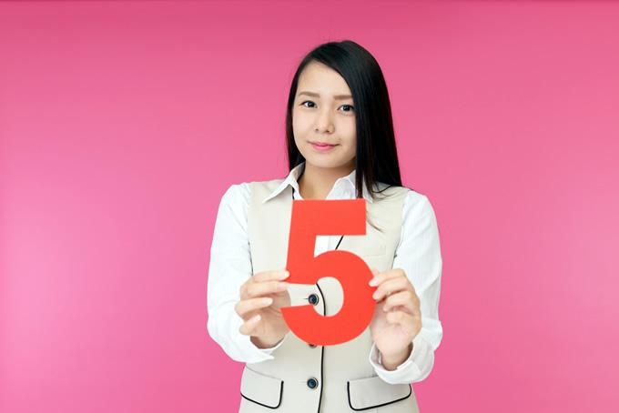5の番号を持つ女性