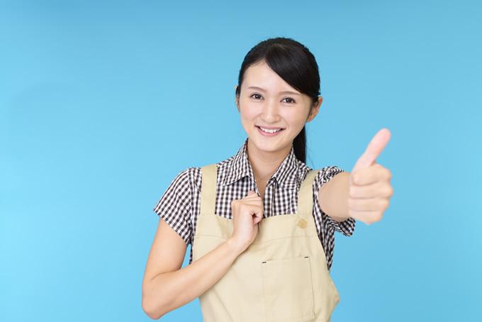 笑顔で親指を立てる女性店員