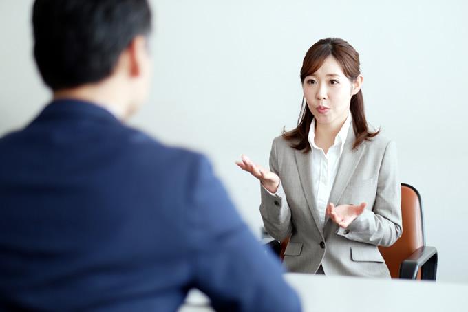 面接官に質問する女性