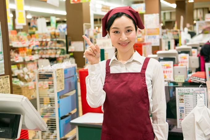 笑顔で働くスーパーの女性店員