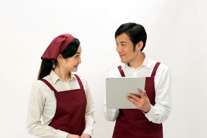 店長とコミュニケーションを取る女性