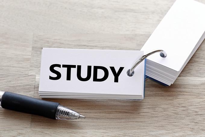 STUDYと書かれた単語帳とペン