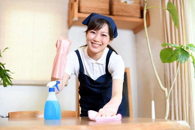 ガッツポーズをする清掃員の女性