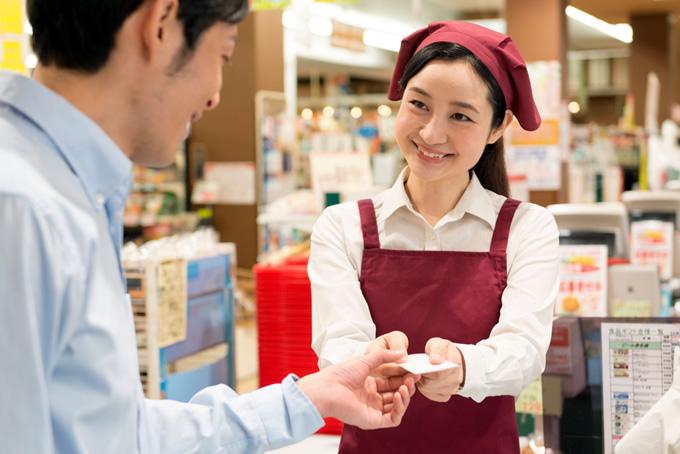 笑顔で会計する女性店員