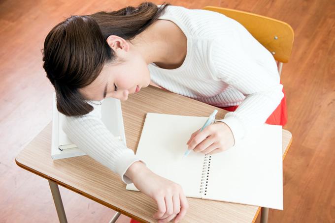 授業中に居眠りする女性