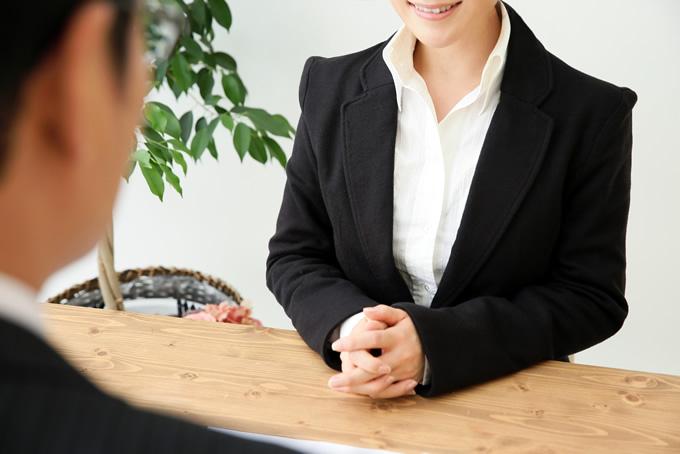 スーツを着て面接を受ける女性