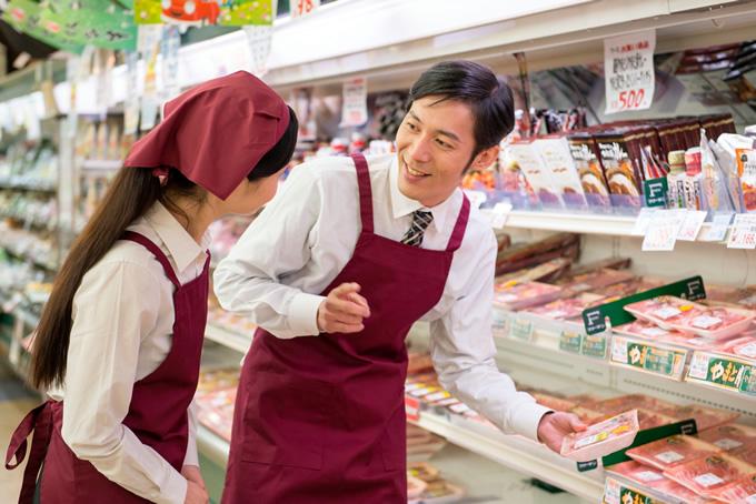 女性店員を指導する店長