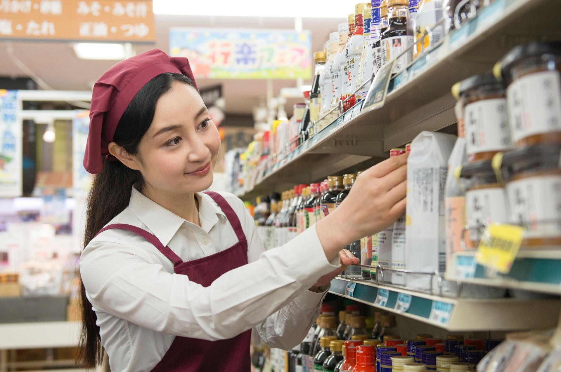 商品の整理をする女性