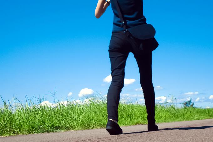 前向きに歩いている女性