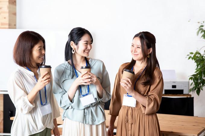 雑談する3人の女性