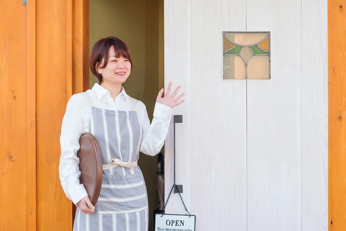 職場で挨拶する女性