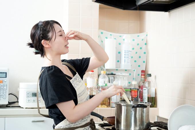 調理中に鼻をつまむ女性