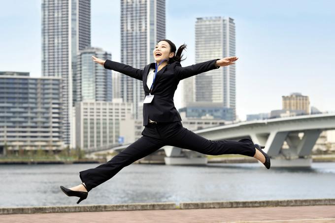 笑顔でジャンプする女性
