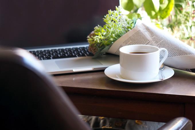 オフィスデスクにあるコーヒー