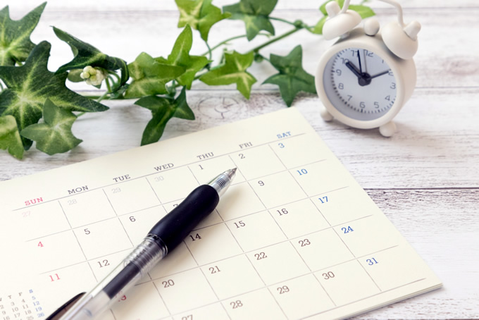 カレンダーとペンと時計