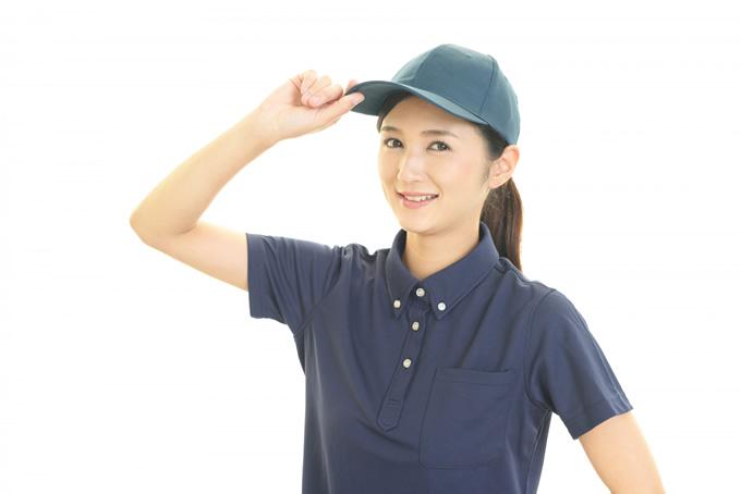 帽子をかぶっている笑顔の女性