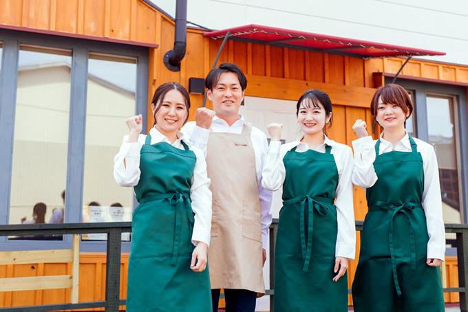 ガッツポーズをするカフェ店員達