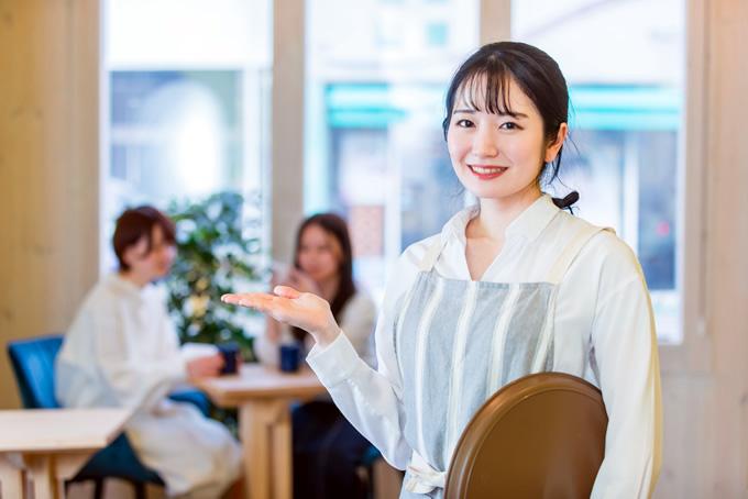 案内する女性店員